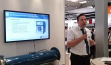 Sebastian Meissler vom Kompressorenhersteller Aerzener Maschinenfabrik erläutert , wie durch Wärmerückgewinnungbei der Drucklufterzeugung Energie gespart werden kann. (Bilder: Redaktion)