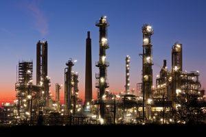 Raffinerie in der Abenddämmerung