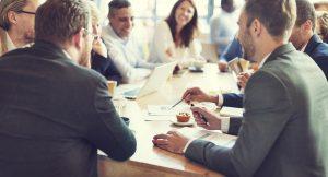 Mit der Software-Lösung haben alle Bereiche stets die aktuellen Informationen. Fast, als würden alle an einem Tisch arbeiten. Bild: Rawpixel.com – Fotolia