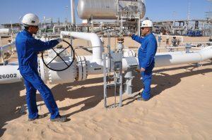 Anlagenbau in der libyschen Wüste: Wintershall-Mitarbeiter bei Inspektionen am Standort Nakhla. Bild: Wintershall