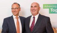14.09.16: Am Ziel: Werner Baumann (links), Vorsitzender des Vorstands von Bayer, und Hugh Grant, Chairman und CEO von Monsanto, haben sich geeinigt. Kaufpreis: 66 Mrd. US-Dollar - die Shareholder dürfen sich auf 128 Dollar/Aktie freuen. (Bild: Bayer)