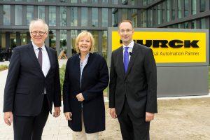 Die Geschäftsführer Ulrich Turck (l.) und Christian Wolf (r.) begrüßen NRW-Ministerpräsidentin Hannelore Kraft vor dem neuen Gebäude. (Bild: Turck)