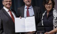 Prof. Dr.-Ing. Martin Strohrmann (mitte) erhält die VDI-Ehrenmedaille für seine Verdienste in der Chemie und Verfahrenstechnik. (Bild: Daniel Elke/Picture Alliance)
