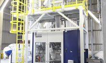 Kern der neuen Anlage sind drei Abfüllanlagen vom Typ Haver FFS 2000 mit einem Transportsystem für 25-kg-Säcke. Bilder: Haver & Boecker