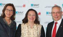 BAVC-Präsidentin Margret Suckale, Bundesarbeitsministerin Andrea Nahles und der IG-BCE-Vorsitzende Michael Vassiliadis bei der Sozialpartner-Fachtagung WORK@industry 4.0 am 11. Oktober 2016 in Frankfurt. (Bild: IG BCE / Marco Stirn)