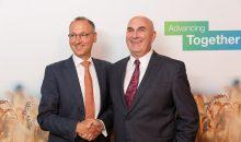 Damals war die (Rechts-)Welt noch in Ordnung: Die CEOs von Bayer und Monsanto, Werner Baumann und Hugh Grant nach der Vertragsunterzeichnung. (Bild: Bayer)
