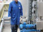 Andreas Bernert, zuständig für die Pumpenwartung bei Kao, überzeugt die Standfestigkeit der eingesetzten Chemiepumpen. Bild: Allweiler