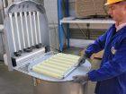 Austausch von Polypleat-Filterelementen bei einem Entstaubungsfilter. Zu sehen sind auch die Kunststoffblasröhrchen mit länglichen Schlitzen zur verbesserten Abreinigung. Bild: WAM