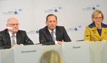 Thomas Wessel (Mitte), Vorsitzender des VCI-Ausschusses Forschung, Wissenschaft und Bildung, kommentiert die Forschungszahlen der Branche. (Bild: VCI)