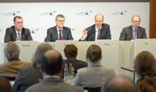 """VCI-Präsident Kurt Bock (2. v.r.): """"Das Chemiegeschäft dürfte 2017 ohne nennenswerte Dynamik bleiben."""" (Bild: VCI / René Spalek)"""