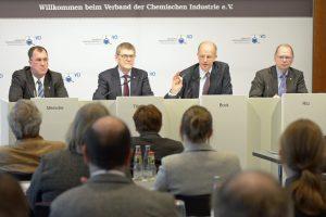 """VCI-Präsident Kurt Bock (2. v.r.): """"Das Chemiegeschäft dürfte 2017 ohne nennenswerte Dynamik bleiben."""