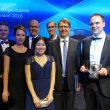 Das Team aus Mitarbeitern der strategischen Forschungseinheit von Evonik und der Verfahrenstechnik mit ihrem Preis. (Bild: Evonik)