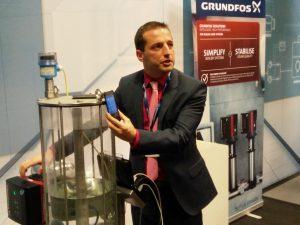 Gernot Haubenhofer, Business Development D-A-CH bei Grundfos, führt die Pumpen-App Grundfos Go vor. Bild: Redaktion