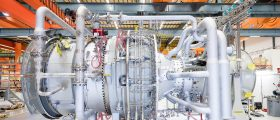 Das Unternehmen hat in den vergangenen 20 Jahren über 300 Turbinen des Typs SGT-800 verkauft. (Bild: Siemens) The SGT-800 gas turbine is extremely economical and efficient to operate in power generation and combined heat and power applications (CHP). It is used in simple-cycle gas turbine power plants, combined cycle power plants as well as for CHP, thanks to its outstanding exhaust gas heat figures. The photo shows a SGT-800 gas turbine in the factory in Finspong, Sweden.