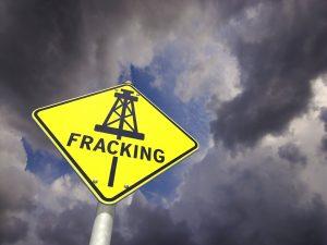 Fracking wird 2017 wieder einen größeren Einfluss auf das Ölangebot haben. Das Zusatzangebot zusammen mit dem OPEC-Förderlimit wird die Preise stagnieren lassen – bei etwa 56,5 US-Doller pro Barrel Brent, wenn man Goldmann Sachs Glauben schenkt. (Bild: Fotolia – bluedesign)