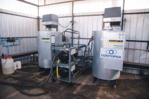 2: Das Herzstück der Waschplätze bilden zwei robuste Aggregate des Typs HDI 38/12 (Bildmitte). Links und rechts davon stehen die Heißwasserbereiter. Bild: Kärcher