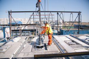 3: Die Tankinnenreinigungsköpfe werden mit Hilfe eines Hebezeugs in die ISO-Container abgesenkt. Bild: Kärcher