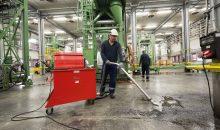 Der Spänesauger trennt beim Aufsaugen Fest- und Flüssiganteile, d.h. in diesem Fall Makrolon-Granulat und reines Wasser zum Spülen der Abfüllanlagen. Bild: Ruwac
