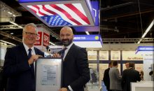 "Martin Schomaker, Vorstandsvorsitzender der R. STAHL AG (links), erhielt auf der SPS IPC Drives 2016 das ""Certificate of Compliance"" von Gert Schmidts, Sales and Marketing Director EMEA bei der UL International Germany GmbH (rechts)"
