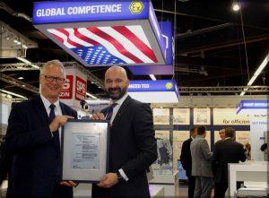 """Martin Schomaker, Vorstandsvorsitzender der R. STAHL AG (links), erhielt auf der SPS IPC Drives 2016 das """"Certificate of Compliance"""" von Gert Schmidts, Sales and Marketing Director EMEA bei der UL International Germany GmbH (rechts)"""
