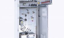 Das zertifizierte Analysensystem ist in einem Stahlblechschrank mit transparenter Fronttür untergebracht. Bild: Bühler Technolgies