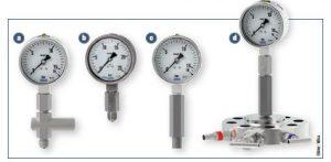 Manometer mit Überlastschutzvorrichtung (a), mit externer Drosselvorrichtung (b), mit Wassersackrohr in Kompaktausführung (c) sowie mit Drossel, kompaktem Wassersackrohr und Monoflansch (d). Bild: Wika