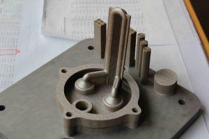 Mit einer Laserschmelzanlage lassen sich endkonturnahe, physikalisch dichte Bauteile ausdrucken. Bild: KSB