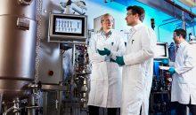 Projektleiter Dr. Gernot Jäger (Mitte) arbeitet mit seinem Team (Dr. Swantje Behnken, links, und Dr. Wolf Kloeckner, rechts) daran, den Prozess auch in größeren Anlagen zu testen. (Bild: Covestro)