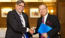 Markus Heldt, BASF, und Ray Nishimoto, Sumitomo Chemical, nach der Unterzeichnung der Kollaborationsvereinbarung. (Bild: BASF)