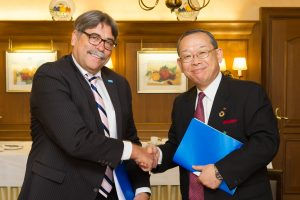 Markus Heldt (BASF) und Ray Nishimoto (Sumitomo Chemical) nach der Unterzeichnung der Kollaborationsvereinbarung / Markus Heldt (BASF) and Ray Nishimoto (Sumitomo Chemical) after signing the collaboration agreement