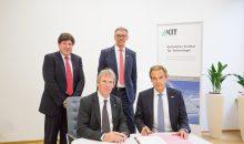 Die Partner bei der Vertragsunterzeichnung: Prof. Holger Hanselka, KIT, und Dr. Volkmar Denner, Bosch (vorn sitzend), dahinter Prof. Thomas Hirth, KIT, und Dr. Jürgen Kirschner, Bosch (Bild: KIT)