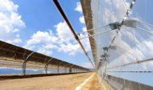 CSP-basierte Solarthermiekraftwerke bündeln mittels verspiegelter Parabolrinnenkollektoren das einfallende Sonnenlicht und erhitzen auf diese Weise das in einer Vakuumröhre fließende Wärmeträgeröl. Wacker liefert solches Öl an den chinesischen Solarthermie-Spezialisten Royal Tech. (Bild: Royal Tech)