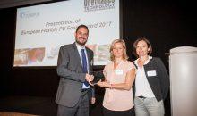 V. l. n. r.: Michel Baumgartner, (Secretary General, Europur) überreicht den Award an Cinzia Taratrini und Marie-Laure Bertet, BASF. (Bild: BASF)