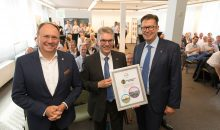 Mitarbeiter, Kunden und Partner von Covestro feiern gemeinsam mit NRW-Standortleiter Dr. Klaus Jaeger, Betriebsleiter Dr. Johann Rechner und Vorstandsmitglied Dr. Klaus Schäfer (v.l.) das Betriebsjubiläum. (Bild: Covestro)