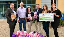 Gruppenbild mit Einhorn: Den erzielten Erlös von 1.550 Euro rundete Grundfos auf 2.000 Euro auf. (Bild: Grundfos)