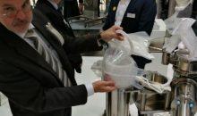 """Der Stand von Rommelag in Halle 1 steht ganz unter der Headline """"Containment"""": Martin Koch von der Rommelag-Tochter Flecotec zeigt ein Foliensystem, mit dem ganze Prozesse gemäß OEB 5 """"eingepackt"""" werden können."""