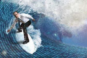 Ein Mann surft auf einer Datenwelle