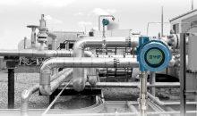 Der X-well-Sensor wird von außen auf ein Prozessrohr aufgesetzt und errechnet die Prozesstemperatur im Innern auf Basis der Oberflächentemperatur der Rohrleitung. Bild: Emerson