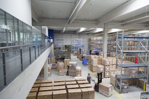 Eine Büroempore mit Rundumsicht verbessert Überblick und Zusammenarbeit in der in Betrieb genommenen Logistikhalle von Beko Technologies. (Bild: Beko Technologies)