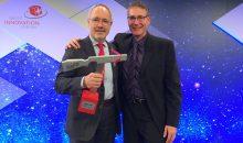 Die beiden Endress+Hauser Entwickler Dr. Wolfgang Drahm (links) und Dr. Martin Anklin (rechts) mit dem Swiss Technology Award. (Bild: Endress+Hauser)