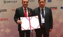 Seifi Ghasemi, CEO von Airproducts, und Li Xiyong, Vorsitzender der Yankuang Group, haben einen Vertrag über den Bau einer Synthesegasanlage für 3,5 Mrd. US-Dollar vereinbart. (Bild: Air Products)