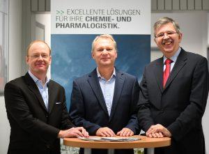 Dr. Klaus Alberti (Mitte) ist ab 1. Januar 2018 gemeinsam mit Thomas Schmidt (rechts) Geschäftsführer von Infraserv Logistics, Jochen Schmidt (links) leitet künftig die Zentralfunktion Unternehmensentwicklung und Kommunikation von Infraserv Höchst. (Bild: Infraserv Höchst)