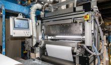Der neue Curtain Coater der BASF-Pilotanlage steht ab sofort für Versuche zum Auftragen von Streichfarben auf Papier, Karton und Liner zur Verfügung. (Bild: BASF)