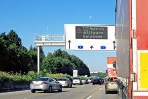 Hinweisschild auf Autobahn 1Rheinbrücke ab 3,5 t gesperrtBrückenschäden