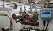 Differenzdruck-Messumformer mit Display im Versuchsanlagenaufbau.