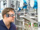 4: Die Datenbrille Smart Glasses baut innerhalb weniger Minuten die Verbindung zu einem Experten des Herstellers auf, mit dem bei einem Störfall eine gemeinsame Erstdiagnose erstellt werden kann. Bild: Lewa