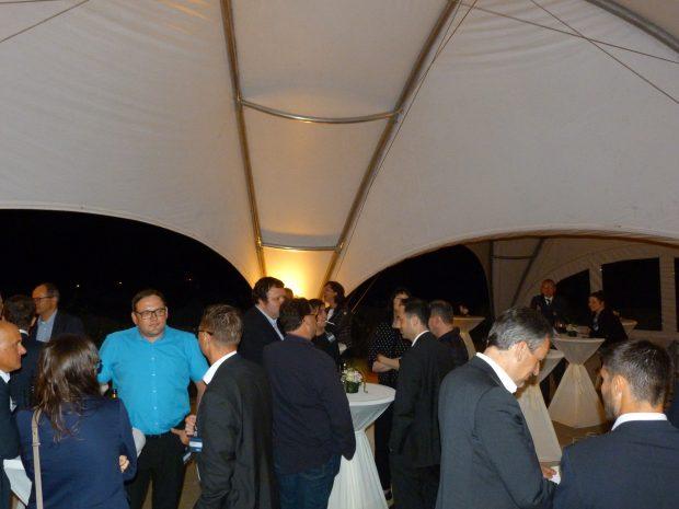 Nachdem der Regen nachgelassen hatte, verlagerte sich die Feier aus dem Schlosskeller auch in den Außenbereich. (Bild: Redaktion)