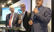 Dr. Jürgen Vutz (CEO Windmöller & Hölscher), Florian Festge (Geschäftsführender Gesellschafter Haver & Boecker) und Kai Lammers (Geschäftsführer Aventus) bei der Vorstellung des Gemeinschaftsunternehmens Aventus auf der Achema 2018. (Bild: Redaktion)