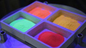UV-Licht auf Phosphor-Pulver für LEDs in einem Forschungslabor in Darmstadt. (Bild: Merck)
