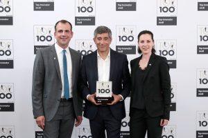 Mentor Ranga Yogeshwar übergibt die Auszeichnung an Vega-Geschäftsführerin Isabel Grieshaber und Marketingleiter Matthias Veith (Bild: KD Busch/compamedia)